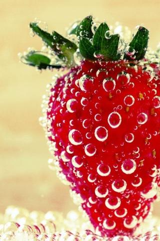Erdbeere im Wasser iPhone Wallpaper