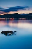 自然湖夜景観川岸シーン