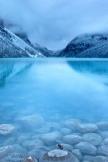 自然朝早い静かな湖霧山の風景