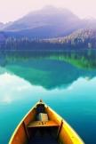 静かな湖のボートを駐車